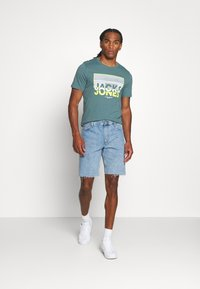 Jack & Jones - JCOTUNEL TEE SS CREW NECK - Print T-shirt - north atlantic - 1
