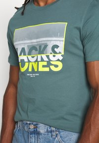 Jack & Jones - JCOTUNEL TEE SS CREW NECK - Print T-shirt - north atlantic