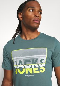 Jack & Jones - JCOTUNEL TEE SS CREW NECK - Print T-shirt - north atlantic - 4