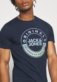 Jack & Jones - JORCRUISE TEE CREW NECK - T-shirt imprimé - navy blazer - 5