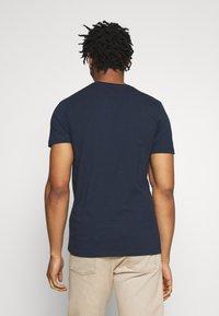 Jack & Jones - JORCRUISE TEE CREW NECK - T-shirt imprimé - navy blazer - 2