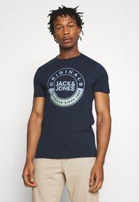 Jack & Jones - JORCRUISE TEE CREW NECK - T-shirt imprimé - navy blazer - 3