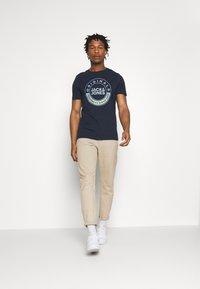 Jack & Jones - JORCRUISE TEE CREW NECK - T-shirt imprimé - navy blazer - 1