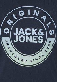 Jack & Jones - JORCRUISE TEE CREW NECK - Print T-shirt - navy blazer - 2