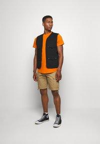 Jack & Jones - JJENOA TEE CREW NECK 5 PACK - T-shirts - crockery/ombr/hawaiia/fade/dusty - 0