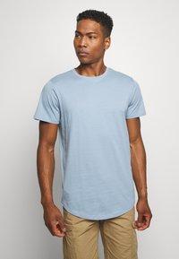 Jack & Jones - JJENOA TEE CREW NECK 5 PACK - T-shirts - crockery/ombr/hawaiia/fade/dusty - 6