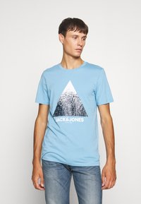 Jack & Jones - JCOSPLATTER TEE CREW NECK - Print T-shirt - dusk blue - 0