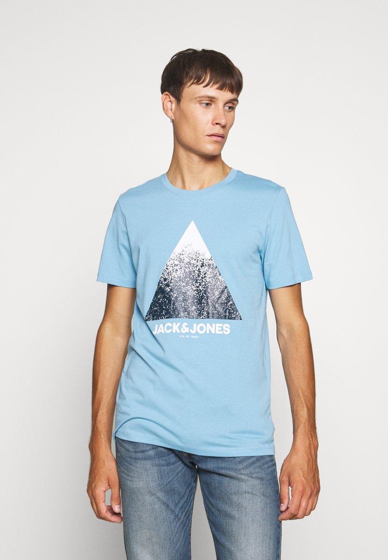 Jack & Jones - JCOSPLATTER TEE CREW NECK - Print T-shirt - dusk blue