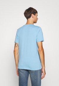 Jack & Jones - JCOSPLATTER TEE CREW NECK - Print T-shirt - dusk blue - 2