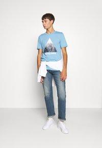 Jack & Jones - JCOSPLATTER TEE CREW NECK - Print T-shirt - dusk blue - 1