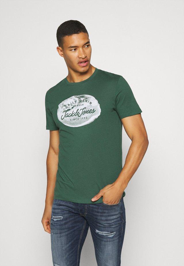 JORTANNER TEE CREW NECK - T-shirt z nadrukiem - trekking green
