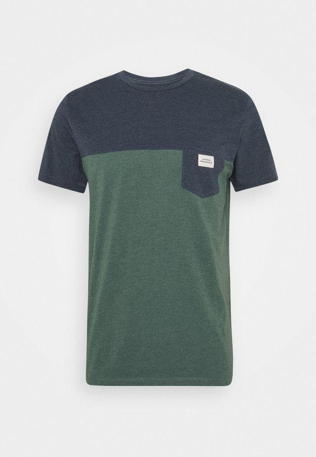 JORMELANGE BLOCK TEE CREW NECK - T-Shirt print - trekking green melange