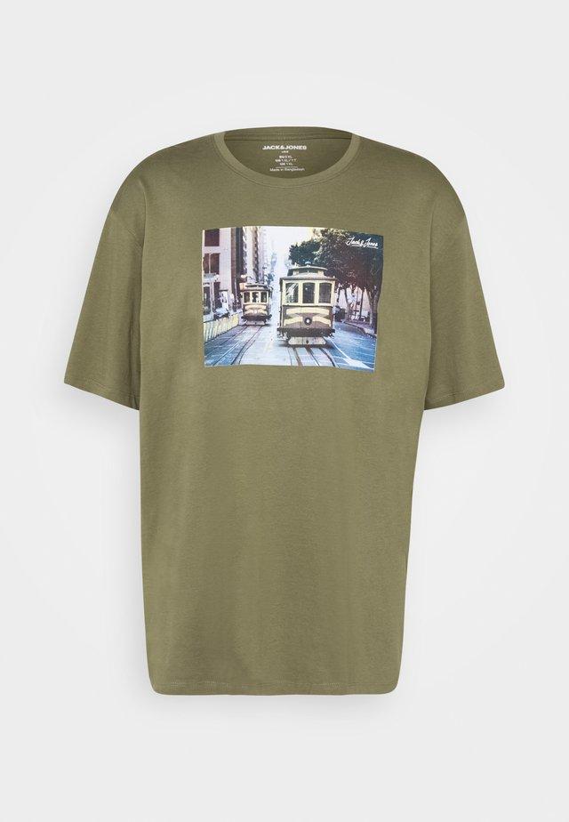 JJBARISTA TEE CREW NECK - T-Shirt print - dusty olive