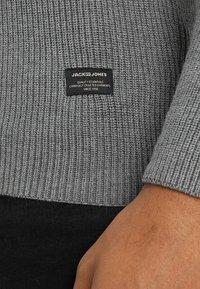 Jack & Jones - JJERIBBED KNIT  NOOS - Vest - grey melange - 3