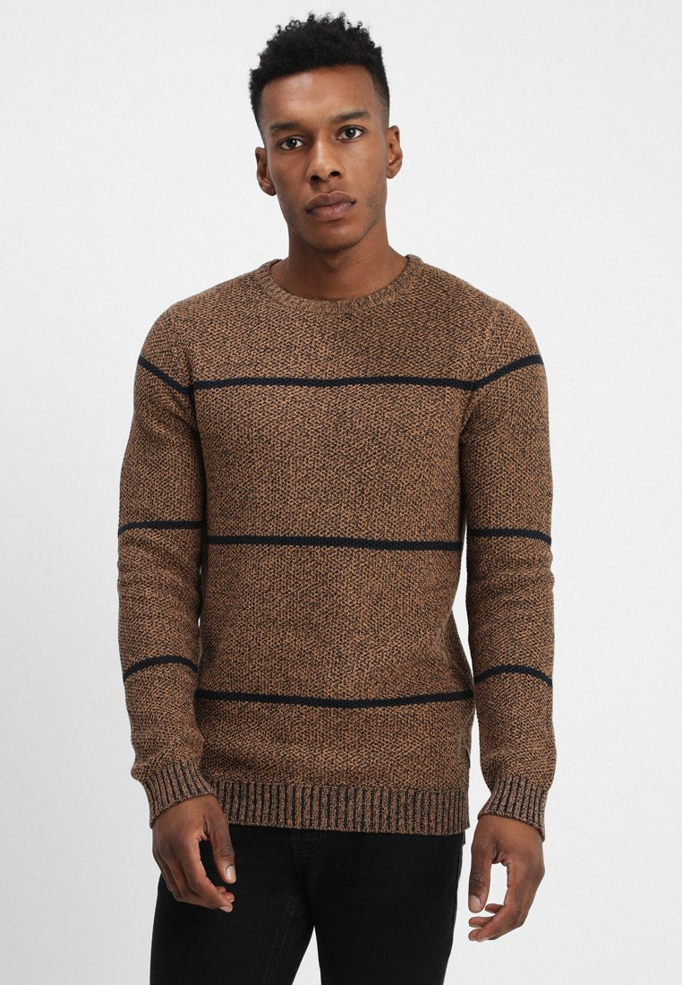 Jack & Jones - JCOPIQUE STRIPE CREW NECK - Strickpullover - chipmunk