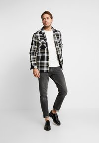 Jack & Jones - JELIAM CREW NECK - Pullover - jet stream - 1