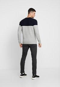 Jack & Jones - JORBRIT CREW NECK - Sweter - light grey melange - 2