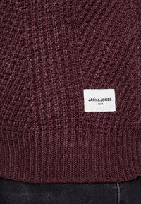 Jack & Jones - JCOSTANFORD CREW NECK NOOS - Neule - fudge - 5