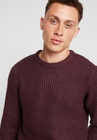 Jack & Jones - JCOSTANFORD CREW NECK NOOS - Neule - fudge - 3