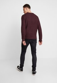 Jack & Jones - JCOSTANFORD CREW NECK NOOS - Neule - fudge - 2