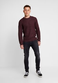 Jack & Jones - JCOSTANFORD CREW NECK NOOS - Neule - fudge - 1
