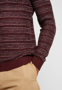 Jack & Jones - JORFLOW CREW NECK - Neule - port royale/stripe - 6