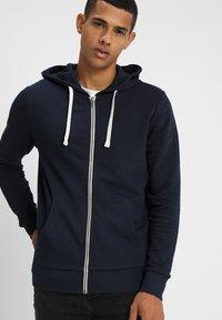 Jack & Jones - JJEHOLMEN - Zip-up hoodie - navy blazer - 0