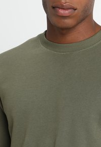 Jack & Jones - JJEHOLMEN CREW NECK - Sweatshirt - olive night - 5