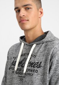 Jack & Jones - JEPANTHER - Mikina s kapucí - light grey melange - 4