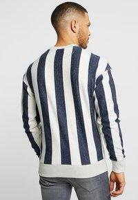 Jack & Jones - JORSTANMORE CREW NECK - Sweatshirt - cloud dancer/drop shoulder - 2