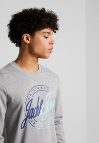 Jack & Jones - JORRIVAL CREW NECK - Sweater - light grey melange - 4