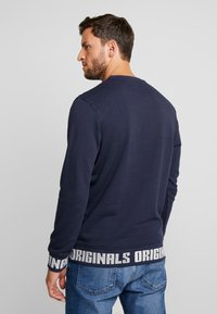 Jack & Jones - JORCOLLIN CREW NECK REGULAR FIT - Felpa aperta - navy blazer