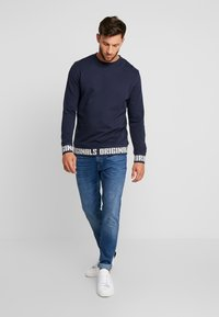 Jack & Jones - JORCOLLIN CREW NECK REGULAR FIT - Felpa aperta - navy blazer - 1