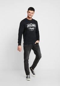 Jack & Jones - JORLIFE CREW NECK - Sweatshirts - tap shoe - 1