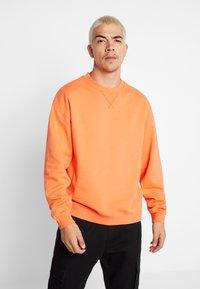 Jack & Jones - JORFILEY CREW NECK NEW BOX FIT - Sweatshirts - nasturtium - 0
