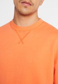 Jack & Jones - JORFILEY CREW NECK NEW BOX FIT - Sweatshirts - nasturtium - 4