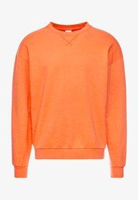 Jack & Jones - JORFILEY CREW NECK NEW BOX FIT - Sweatshirts - nasturtium - 3