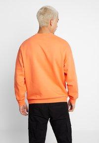 Jack & Jones - JORFILEY CREW NECK NEW BOX FIT - Sweatshirts - nasturtium - 2