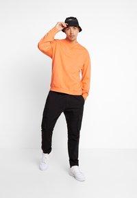 Jack & Jones - JORFILEY CREW NECK NEW BOX FIT - Sweatshirts - nasturtium - 1