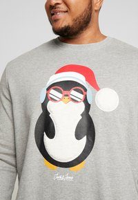 Jack & Jones - JORSNOWFALL CREW NECK  - Sweatshirt - light grey melange - 4