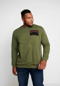 Jack & Jones - JCOUNDERS CREW NECK - Sweatshirt - winter moss - 0