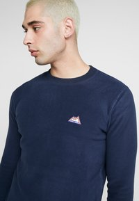 Jack & Jones - JORNORTH CREW NECK - Sweat polaire - navy blazer - 4