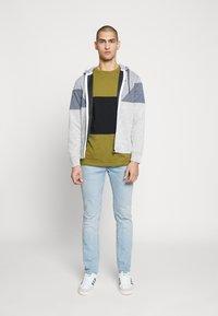Jack & Jones - JCOTOOK ZIP HOOD - Zip-up hoodie - grey - 1