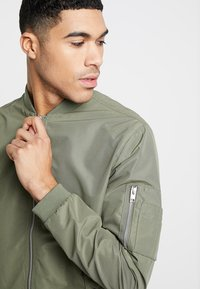 Jack & Jones - JJEDESERT - Bomberjacks - dusty olive - 3