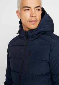 Jack & Jones - JORWAYNE PUFFER JACKET - Winter jacket - navy blazer - 3