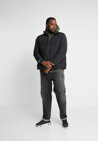 Jack & Jones - JCONOAH SHORT PUFFER - Zimní bunda - black - 1