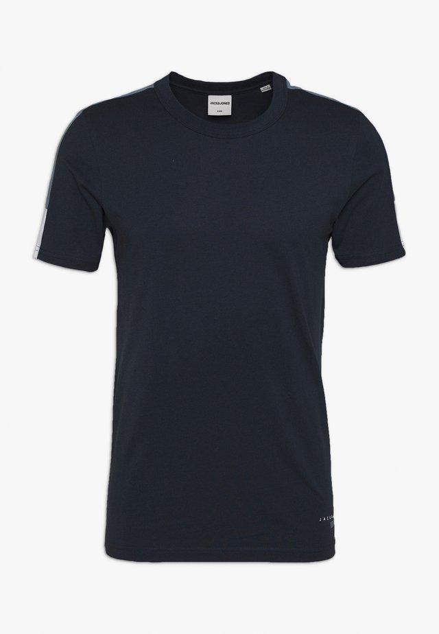 JCOJORDY TEE CREW NECK SLIM FIT - Triko spotiskem - navy blazer