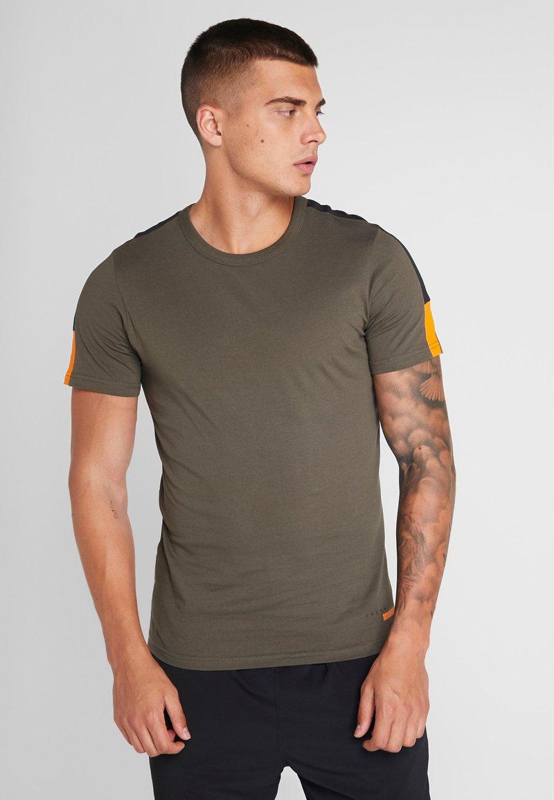Jack & Jones - JCOJORDY TEE CREW NECK SLIM FIT - Camiseta estampada - forest night