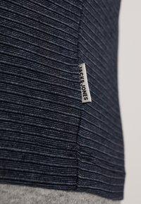 Jack & Jones - JCOSPARK TEE CREW NECK SLIM FIT - T-shirt med print - sky captain - 5
