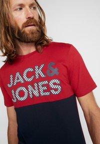 Jack & Jones - JCOMILLER TEE CREW NECK - Print T-shirt - rio red - 4
